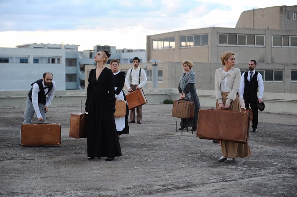 Φωτογραφία: Οι ηθοποιοί σε μια ταράτσα με ρούχα εποχής και κρατώντας από μία βαλίτσα.